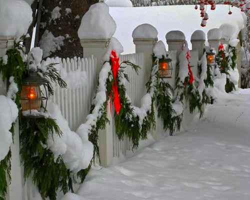 Оригинальное украшение забора в Новый Год и на Рождество