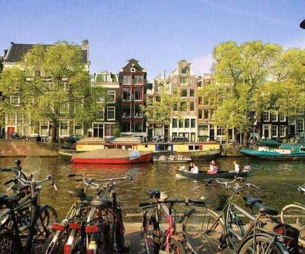 Амстердам дома у каналов и лодки