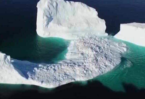 Огромный айсберг, высотой с 15 этажный дом, подплыл к побережью Ньюфаундленда