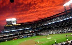 Красное небо над полем для игры