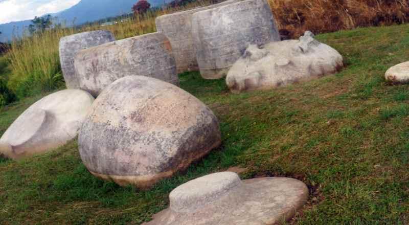 Мегалиты в виде емкостей на острове Сулавеси