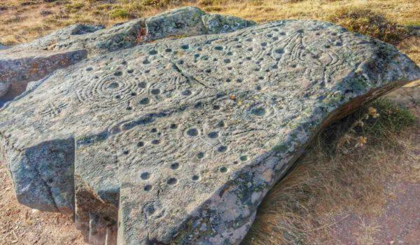 Древние петроглифы на скале Джудакулла