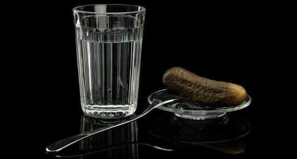 Стакан водки и соленый огурец