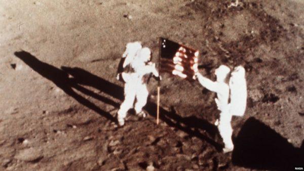 Установка флага на Луне