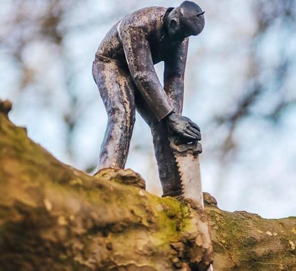 """Памятник """"Не руби сук, на котором сидишь"""" в Амстердаме"""
