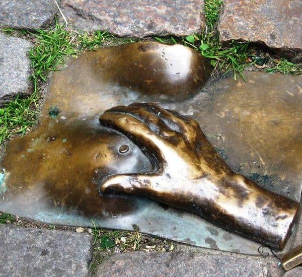 Памятник женской груди
