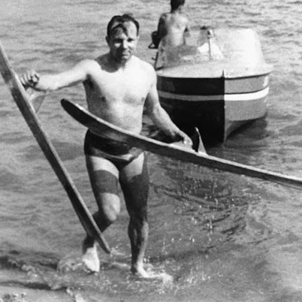 Гагарин на водных лыжах